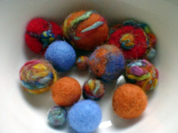 A_bowl_of_felted_balls_1